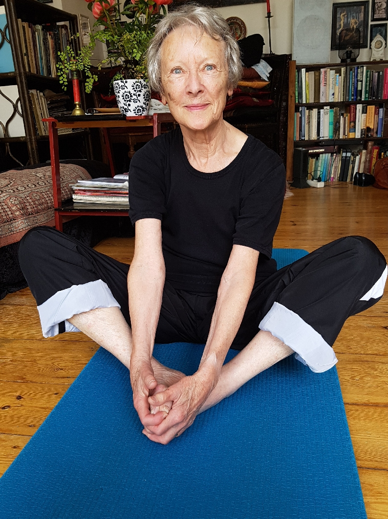 Meine Mutter kurz bevor ihren 81. Geburtstag. Sie macht mindestens jeden zweiten Tag meine Übungen. / Meet my mum, just before her 81st birthday here. She does my exercises at least every second day.