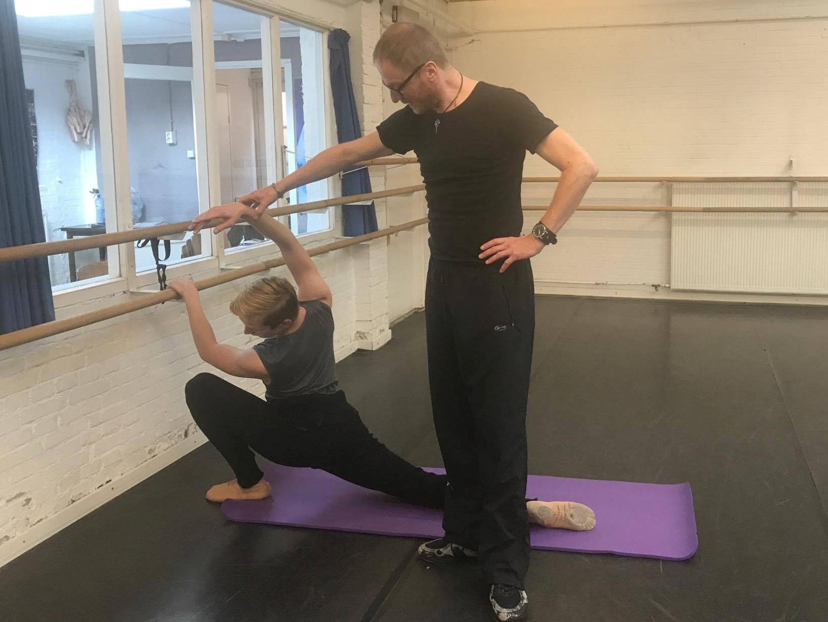 Auch Tänzer müssen Ihren Psoas Muskel dehnen / Even dancers need to stretch their psoas-muscle!